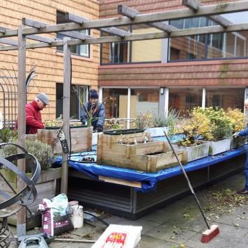 Bollen planten in verpleeghuis Velserduin in IJmuiden